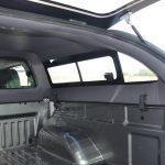 Hardtop má šedý čalouněný interiér