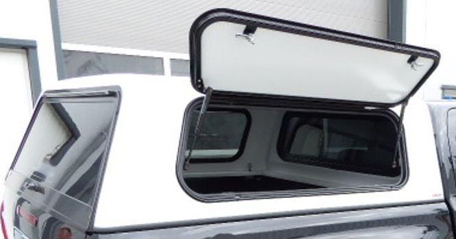 Otevřené boční výklopné okno hardtopu